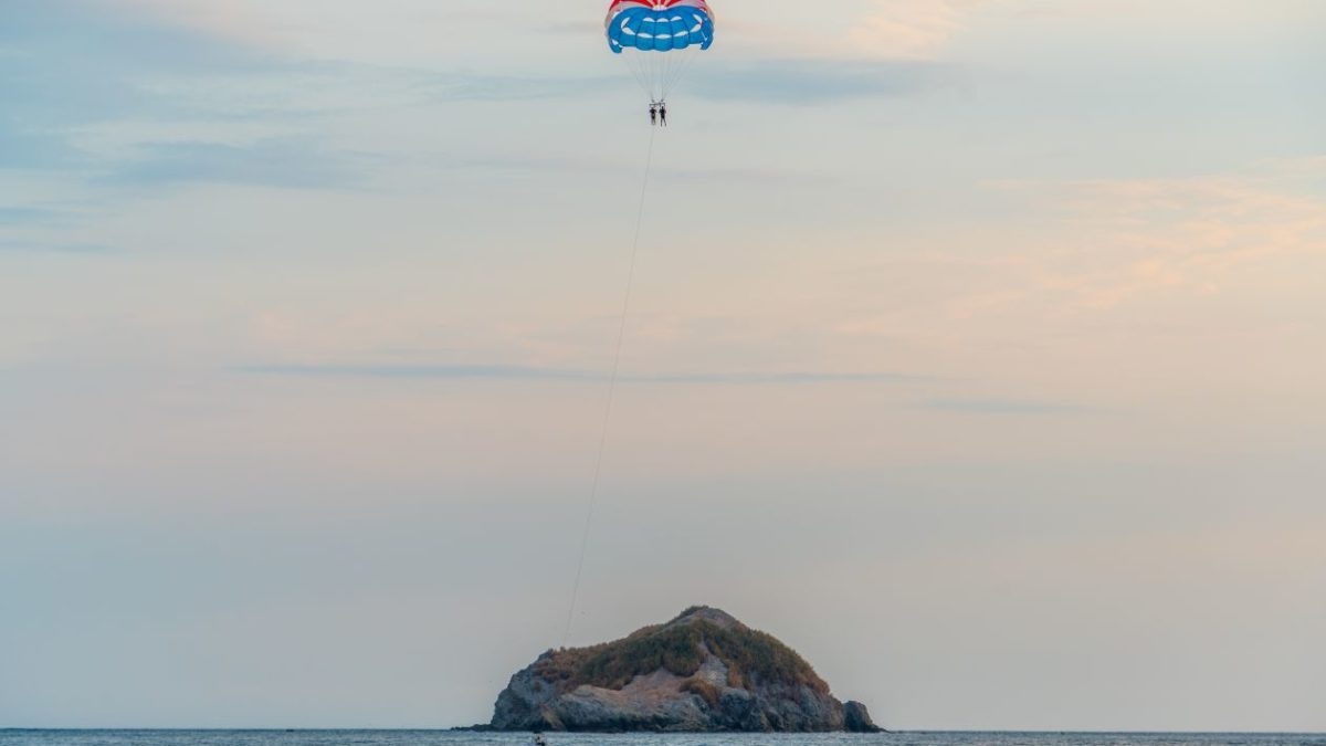 Sauter en parachute en bord de mer
